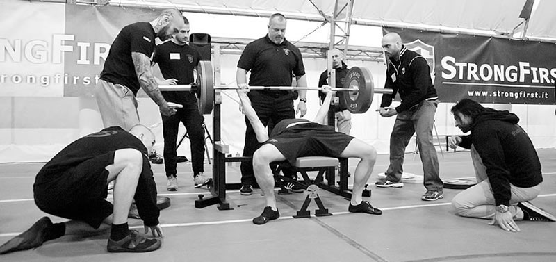 StrongFirst SFL Barbell: Powerlifting pro profíky i pro lid