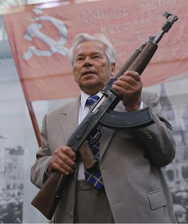 AK-47 mezi nástroji na cvičení