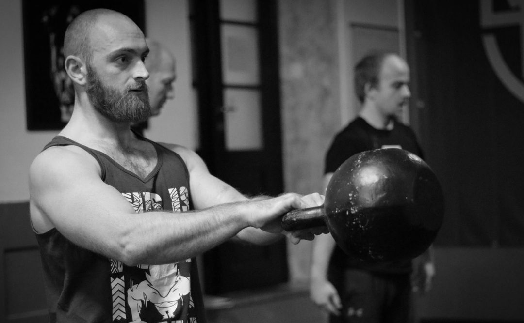 Jak synchronizovat dýchání při cvičení s kettlebell pro větší výbušnou sílu