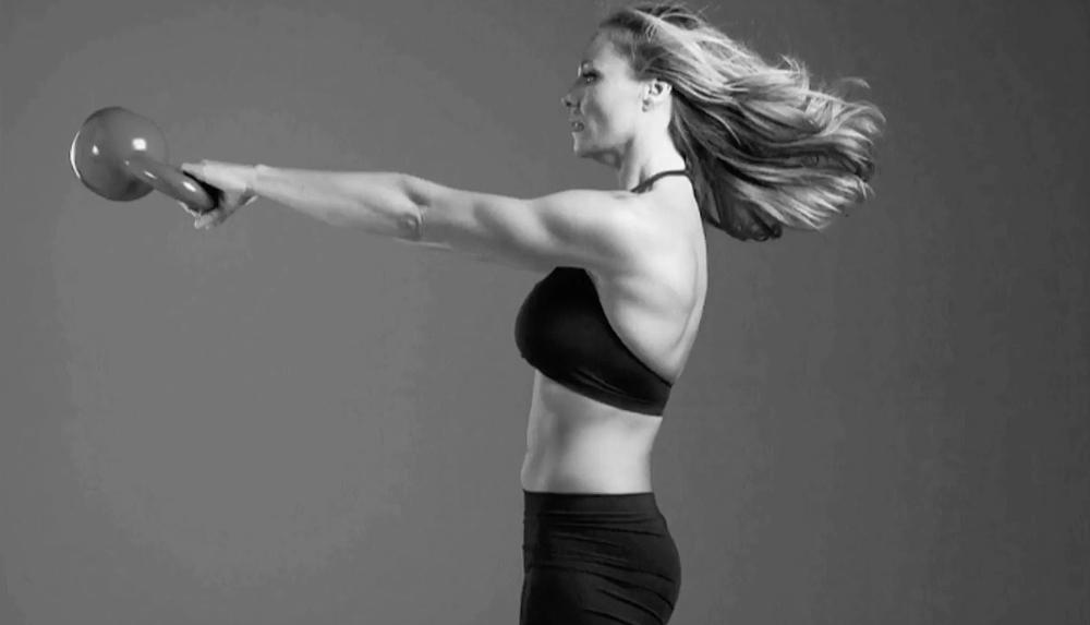 Kettlebell swing sendvič: Vybuduj svaly, zbav se tuku, ušetři čas