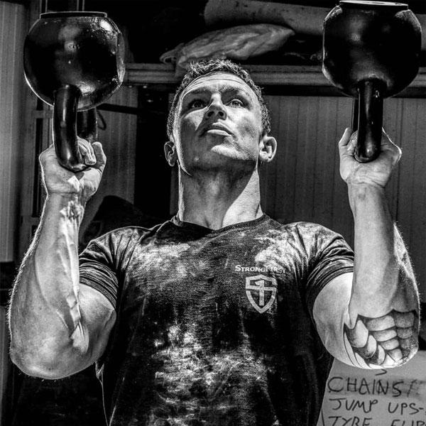 Z bitevního pole přes zranění zad až ke zkrocení Bestie: Cesta Ollieho Quinna ke cvičení s kettlebell
